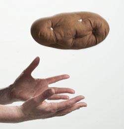 Imagem de uma pessoa tentando segurar uma batata quente