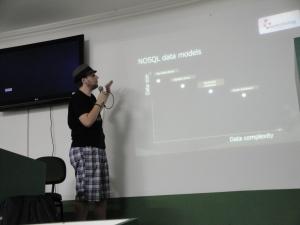 Alexandre Porcelli explicando sobre noSQL
