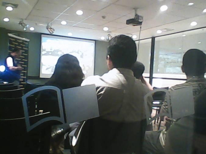 Foto da plateia com o logo da Saraiva em destaque
