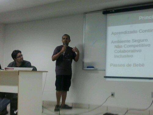 Luiz Sanches apresentando a dinâmica de coding dojo