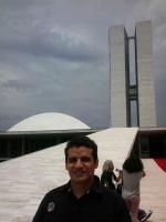 Marcelo Andrade na frente do Congresso