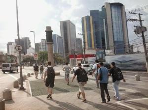 Pessoas caminhando em direção ao prédio Google